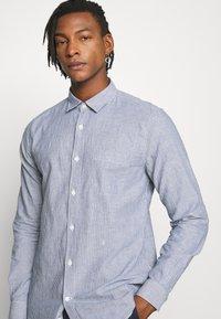 CLOSED - BASIC SHIRT - Shirt - fading indigo - 3