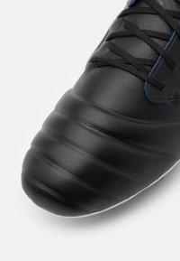 Umbro - TOCCO PRO FG - Korki Lanki - black/white/victoria blue - 5