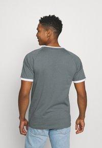 adidas Originals - STRIPES TEE - T-shirt con stampa - blue oxide - 2