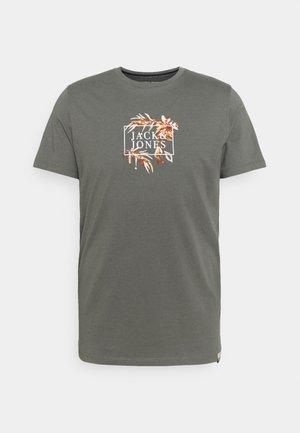 JORCALIFLOMAX TEE CREW NECK - Print T-shirt - sedona sage