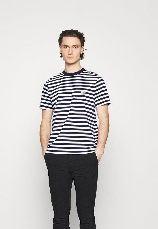SCOTTY POCKET - T-shirt imprimé - dark navy/white