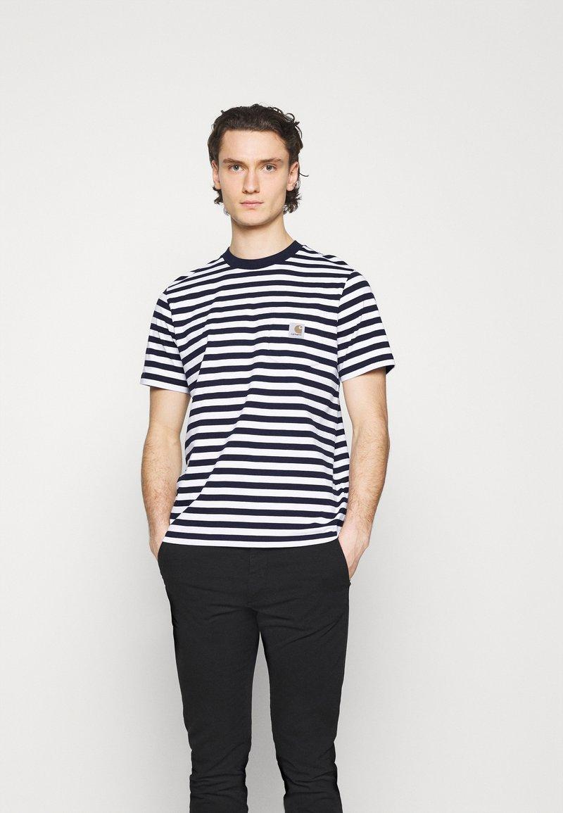 Carhartt WIP - SCOTTY POCKET - Print T-shirt - dark navy/white