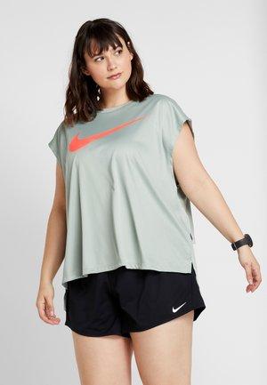REBEL PLUS - T-shirts print - jade horizon/bright crimson