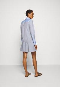 Victoria Victoria Beckham - PATCHWORK FLOUNCE HEM SHIRT DRESS - Shirt dress - navy/white - 2