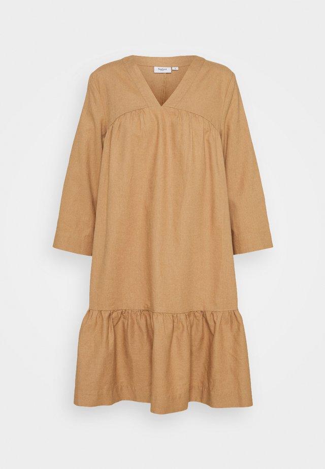 GISELLESZ DRESS - Denní šaty - praline