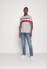 Tommy Hilfiger - STRIPE TEE - T-shirt z nadrukiem - grey - 1
