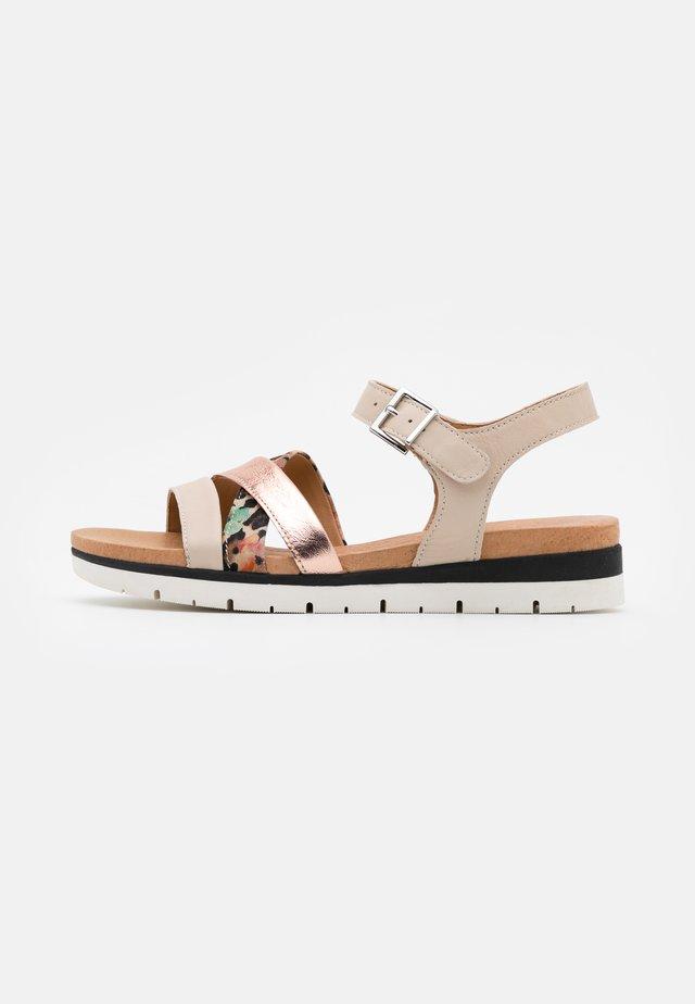 Sandały na koturnie - beige