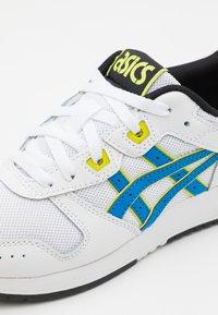 ASICS SportStyle - LYTE CLASSIC UNISEX - Sneakersy niskie - white/electric blue - 5