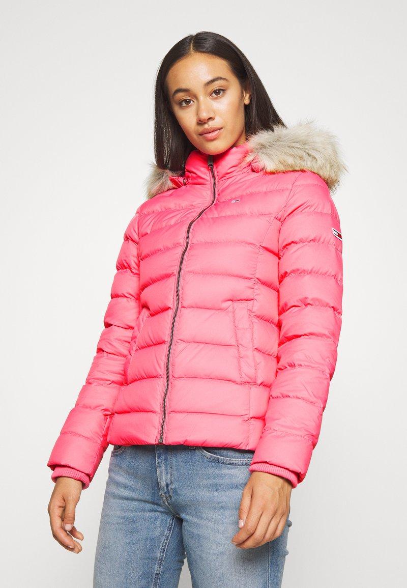 Tommy Jeans - BASIC - Bunda zprachového peří - glamour pink