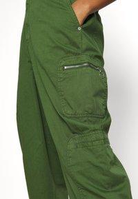 Pepe Jeans - DUA LIPA x PEPE JEANS - Trousers - khaki green - 3