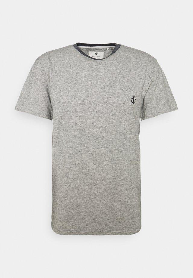 AKKIKKI - T-shirt print - sky captain