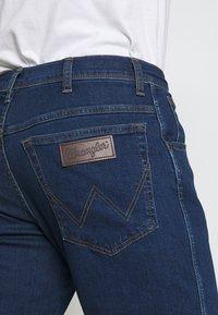 Wrangler - TEXAS - Slim fit jeans - red corvette - 4