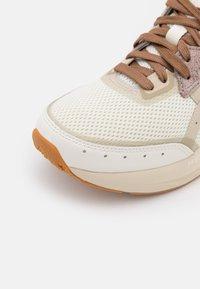 ASICS SportStyle - TARTHERBLAST UNISEX - Sneakers basse - cream/putty - 5