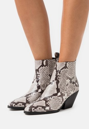 SINCLAIR BOOTIE - Nilkkurit - black/white