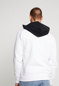 Calvin Klein Jeans - CONTRASTED HOODIE - Mikina skapucí - bright white/black - 2