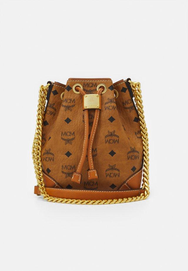 SOFT BERLIN VISETOS - Handbag - cognac