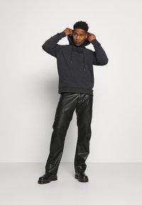 Karl Kani - UNISEX  HOODIE - Sweatshirt - black - 1