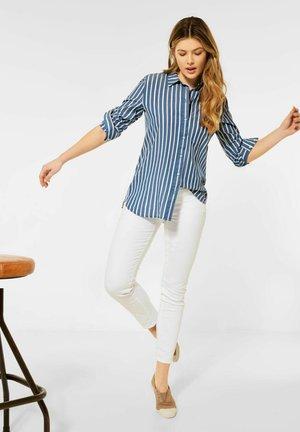 MIT STREIFEN MUSTER - Button-down blouse - blau