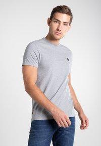 Timberland - SS DUNSTAN RIVER - Print T-shirt - medium grey heather - 0