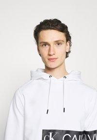 Calvin Klein Jeans - MIRRORED LOGO HOODIE UNISEX - Sweatshirt - bright white - 3