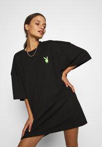 Missguided Petite - PLAYBOY BUNNY REPEAT DRESS - Vestido ligero - black - 3