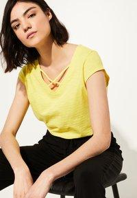 comma casual identity - MIT V-NECK - Print T-shirt - yellow - 2