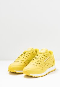 Reebok Classic - CLASSIC - Sneakersy niskie - utility yellow/white - 4