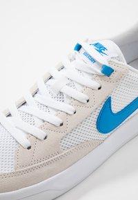 Nike SB - ADVERSARY UNISEX - Skate shoes - white/photo blue - 5