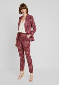 Fashion Union - BRICK TROUSERS - Spodnie materiałowe - red check - 1