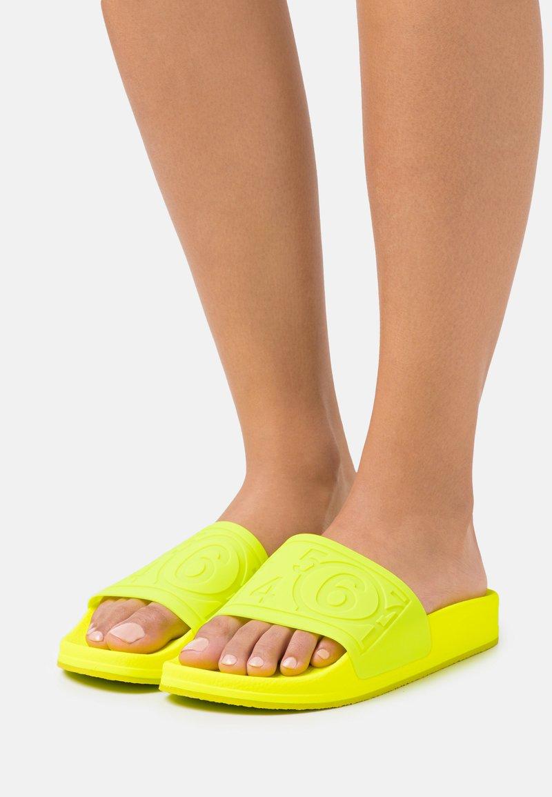 MM6 Maison Margiela - Sandály do bazénu - yellow fluro