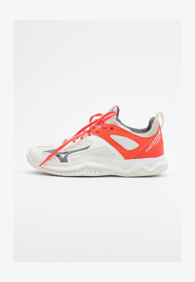 GHOST SHADOW - Chaussures de handball - white/shade/hot coral