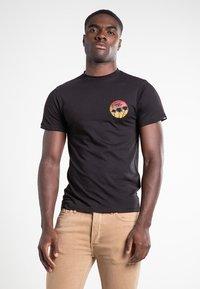Vans - MN SANO SS - Print T-shirt - black - 0