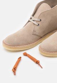 Clarks Originals - DESERT BOOT - Stringate sportive - sand - 5