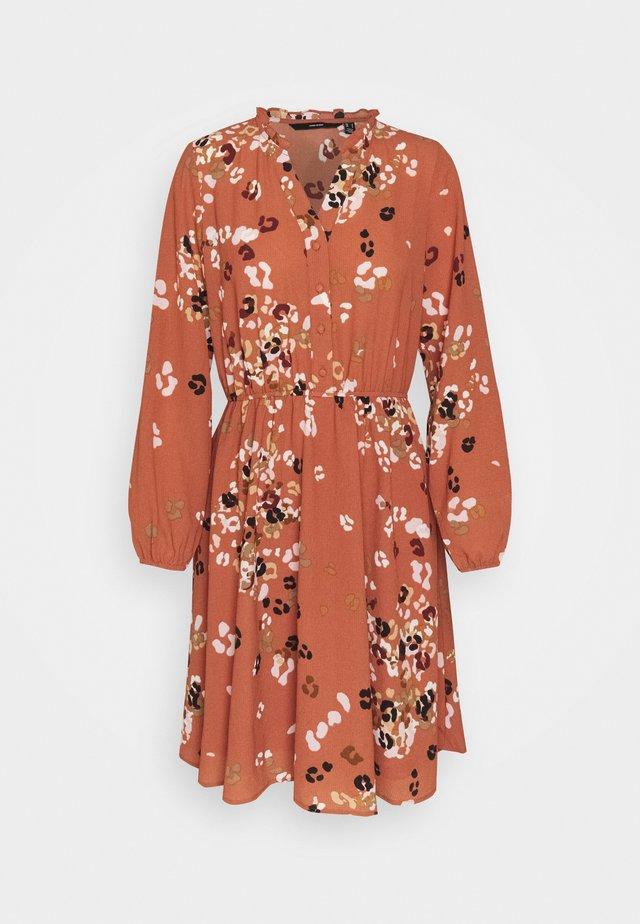 VMAYA NECK DRESS - Skjortekjole - auburn
