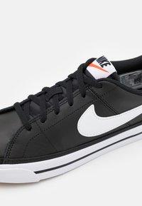 Nike Sportswear - COURT LEGACY  - Zapatillas - black/white/light brown - 5