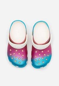 Crocs - CLASSIC OMBRE GLITTER CLOG  - Sandały kąpielowe - oyster/multicolor - 3