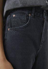 PULL&BEAR - MIT HOHEM BUND - Jeans a zampa - black - 5