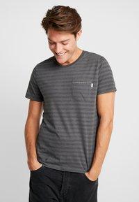 Produkt - SANS TEE  - Print T-shirt - Urban Chic - 0