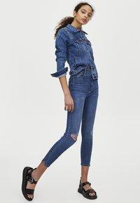 PULL&BEAR - MOM MIT HOHEM BUND - Jeans Skinny Fit - dark blue - 4
