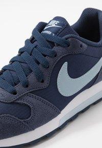 Nike Sportswear - MD RUNNER 2 PE  - Tenisky - midnight navy/light armory blue - 2