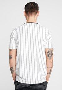 Mennace - STRIPE TEE - Print T-shirt - white - 2