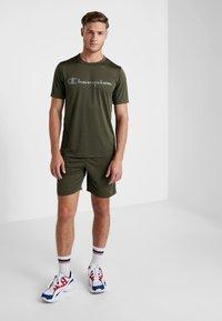 Champion - CREWNECK RUN - Print T-shirt - dark green - 1