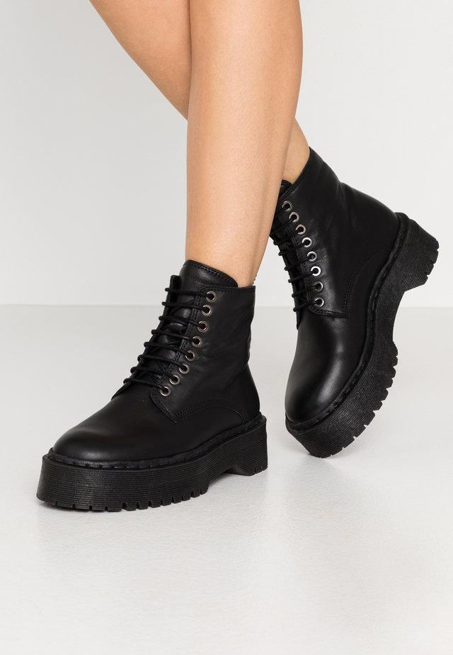 COMMAND LACE UP BOOT - Stivaletti con plateau - black
