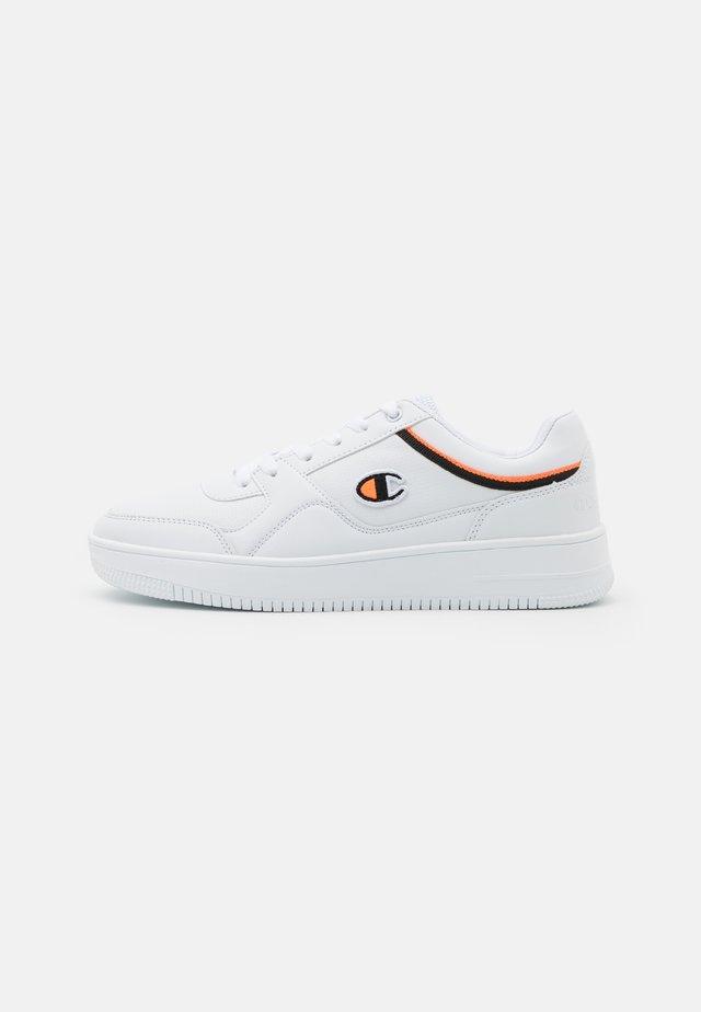 LOW CUT SHOE REBOUND - Chaussures de basket - white/black/orange