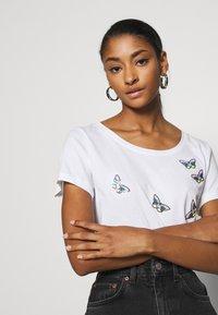 ONLY - ONLKITA WILD - Print T-shirt - cloud dancer - 3