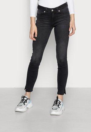 VMHANNA MR SLIM SLIT JEANS - Jeans Skinny - black denim