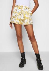 Versace Jeans Couture - Shorts - bianco ottico - 0