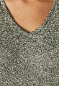 Vero Moda Curve - VMBRIANNA V NECK BLOUSE - Svetr - ivy green - 5