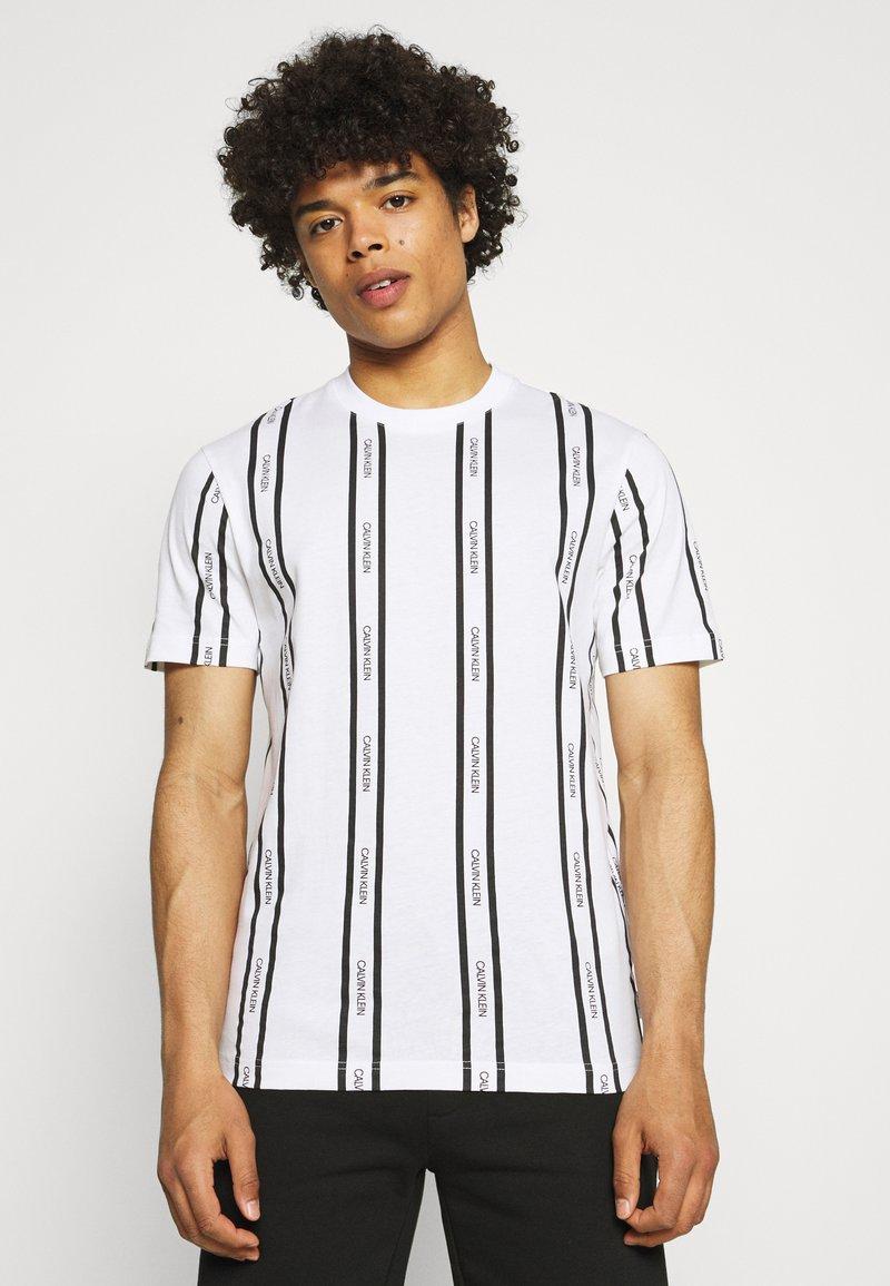 Calvin Klein - VERTICAL LOGO STRIPE - T-shirt con stampa - white