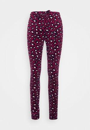 LEGGING CUFF LEOPARD - Pyjamahousut/-shortsit - rumba red
